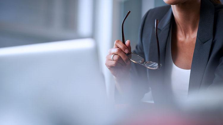woman-glasses-laptop